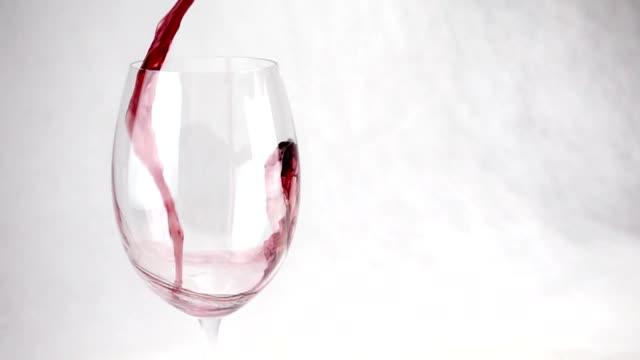 vídeos de stock, filmes e b-roll de close-up do copo de vinho. em um copo de vinho derramado em câmera lenta - vinho do porto