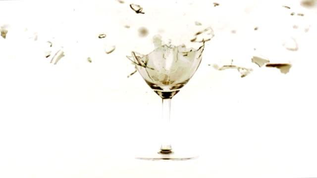 ワイングラス shattering スローモーション - ワイングラス点の映像素材/bロール
