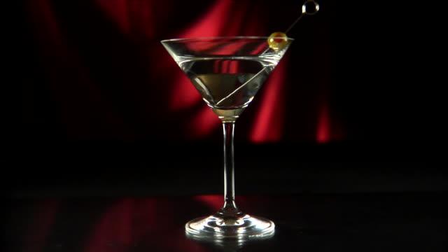 vídeos de stock e filmes b-roll de copos de martini vinho azeitona dolly esquerda 02 hd - uva shiraz