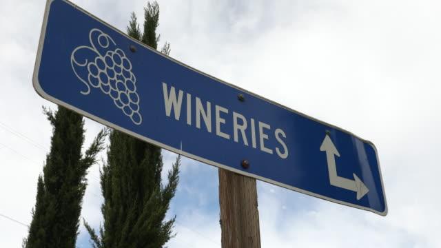 wine region direction sign to wineries - azienda vinicola video stock e b–roll