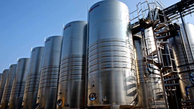 vídeos de stock e filmes b-roll de wine tanks and fermenters - cisterna água parada