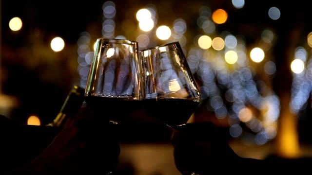 ワインでの乾杯 - 赤ワイン点の映像素材/bロール