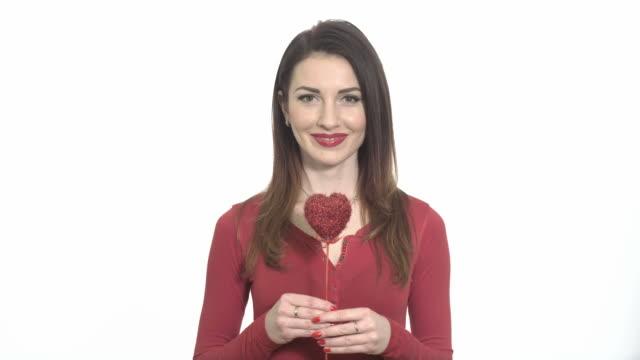 Zwinkern sexy Mädchen in Rot mit Valentinstag Isoliert – Video