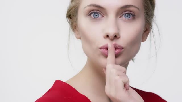 winking kvinna gestikulerande medan blåser kyss - blåsa en kyss bildbanksvideor och videomaterial från bakom kulisserna