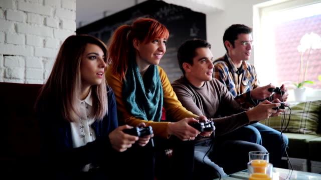 Ganar un juego de Video en la oficina sala de relax - vídeo