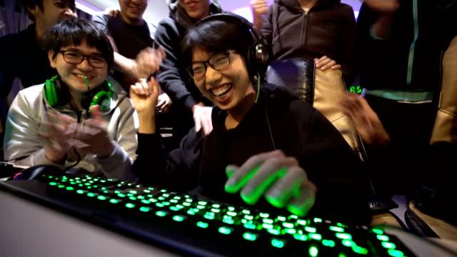 winning in esports games with gamer friends - competizione video stock e b–roll