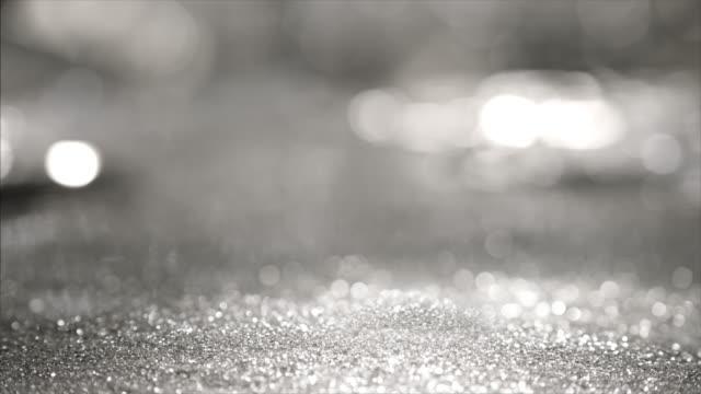 winter hintergrund von abstrakten silber farbe glitzerlichter. hintergrund defokussiert. - silber stock-videos und b-roll-filmmaterial