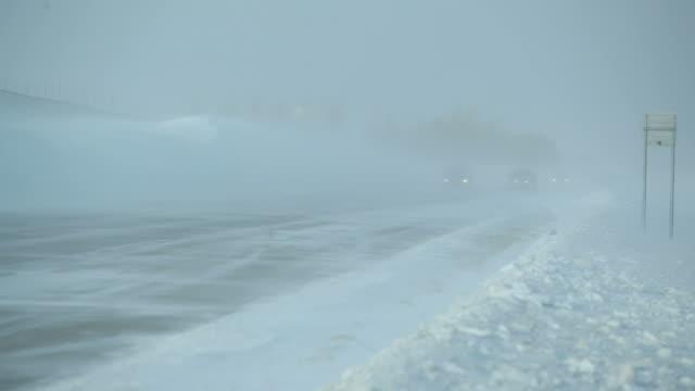 Winter Schneesturm mit treibender Schnee auf den Highway und Fahrzeuge – Video
