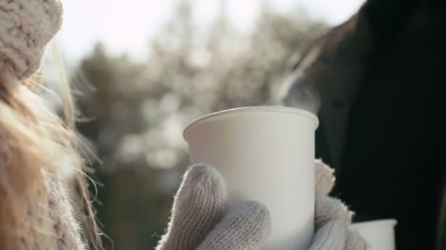 inverno caffè - guanto indumento sportivo protettivo video stock e b–roll