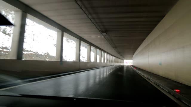 vidéos et rushes de conduite en autriche en hiver - pont gênes
