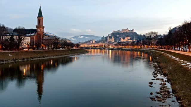 vinter kväll hyper schackningsperioden av salzburg gamla stan och salzach riverside, österrike. - videor med salzburg bildbanksvideor och videomaterial från bakom kulisserna