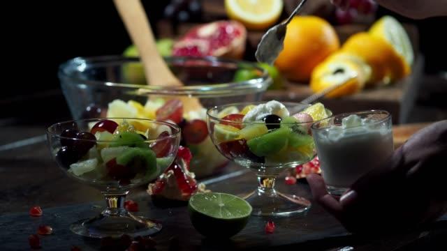 vídeos de stock, filmes e b-roll de salada de fruta do inverno - fruit salad