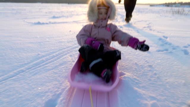 vídeos y material grabado en eventos de stock de diversión de invierno, nieve, trineos con perros en invierno - deslizar