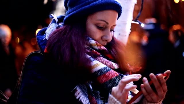 vídeos y material grabado en eventos de stock de chica en invierno - moda de invierno