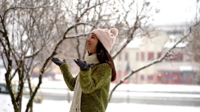 vídeos de stock, filmes e b-roll de felicidade do inverno - moda de inverno