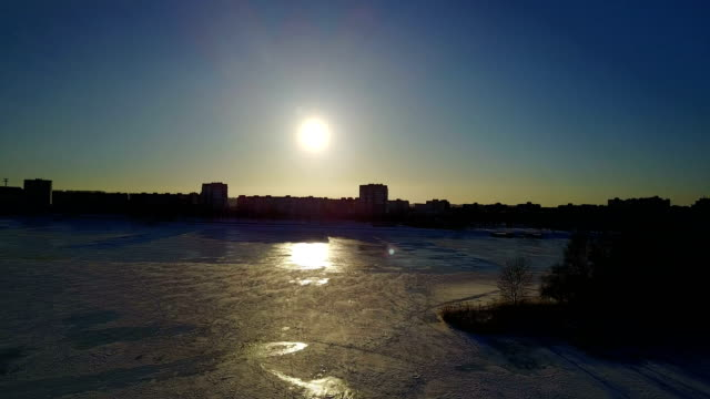 winterlandschaft am fluss mit eis bedeckt - schneeflocke sonnenaufgang stock-videos und b-roll-filmmaterial