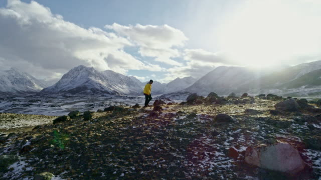 vidéos et rushes de paysage hivernal dans les monts tatra. touriste sur la crête des tatras occidentales. - bottes