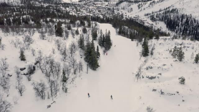 vinterlandskap skidåkning luftutsikt på vita sluttningar - swedish nature bildbanksvideor och videomaterial från bakom kulisserna