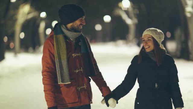 vídeos de stock e filmes b-roll de inverno amoroso - namorar