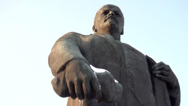 winterdenkmal von wladimir lenin gegen den himmel, kommunismus - kommunismus stock-videos und b-roll-filmmaterial