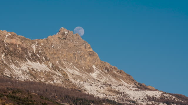 Winter moonrise on Aiguilles de Chabrieres (timelapse), Ecrins National Park, Hautes-Alpes, Alps, France - vídeo