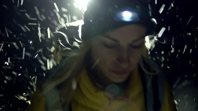 vinter fjäll äventyr. ungt par på ett spår. natt - bergsrygg bildbanksvideor och videomaterial från bakom kulisserna