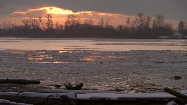 vídeos de stock e filmes b-roll de winter river ice flow 4k uhd - montanha costeira