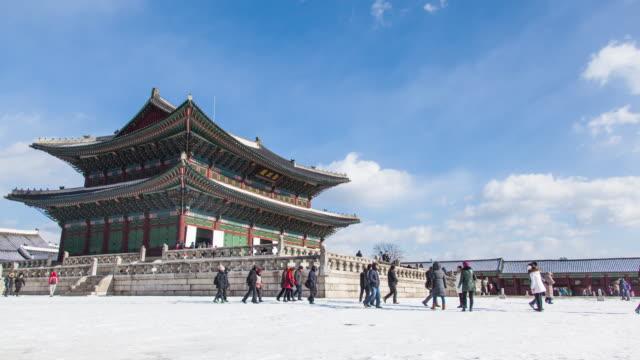 vídeos de stock e filmes b-roll de winter scenery time lapse of people touring korea gyeongbokgung palace. - seul