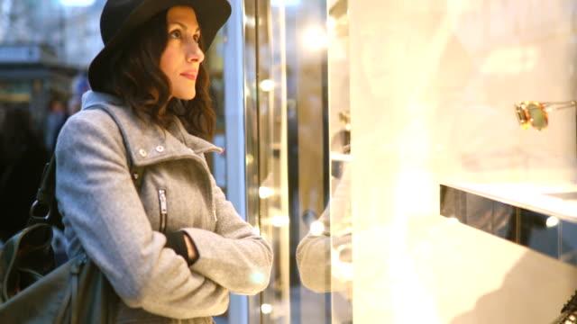 winter shopping saison - schaufenster stock-videos und b-roll-filmmaterial