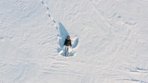 winter schnee engel drohne ansicht - gliedmaßen körperteile stock-videos und b-roll-filmmaterial