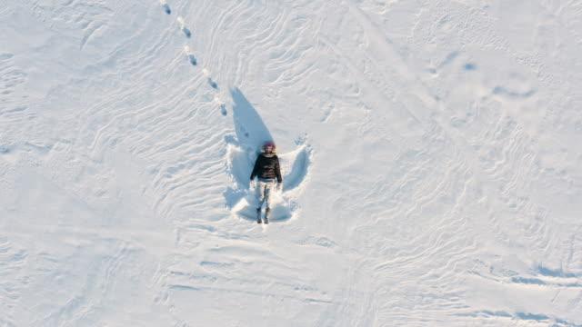 winter snow angel drone view - część ciała zwierzęcia filmów i materiałów b-roll
