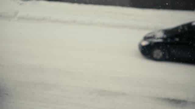 vídeos de stock, filmes e b-roll de neve do inverno, tráfego da cidade - descascado