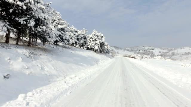 冬雪危険なドライブ上り坂山農村道路上 ビデオ