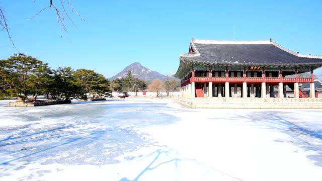 vídeos de stock e filmes b-roll de winter snow of gyeongbok palace in seoul, south korea - coreia do sul