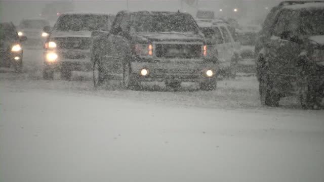 zima śnieżyca. van utraty kontroli. ruch samochodów na śliskich road. - zima filmów i materiałów b-roll