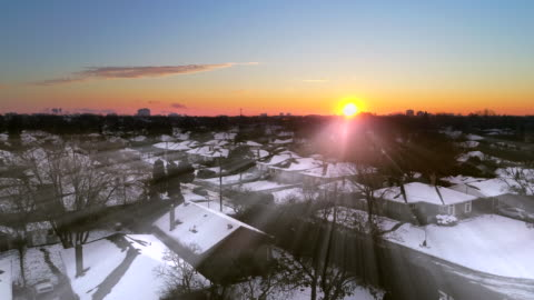 vidéos et rushes de lever de soleil d'hiver au-dessus d'une zone urbaine - hiver
