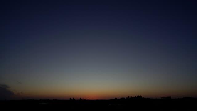 東京都の郊外から見た冬の日の出 - 夜明け点の映像素材/bロール