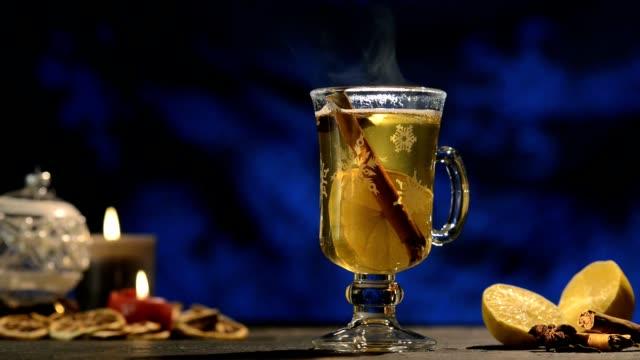 vidéos et rushes de horaires d'hiver, vin chaud punch gluhwein - vanille