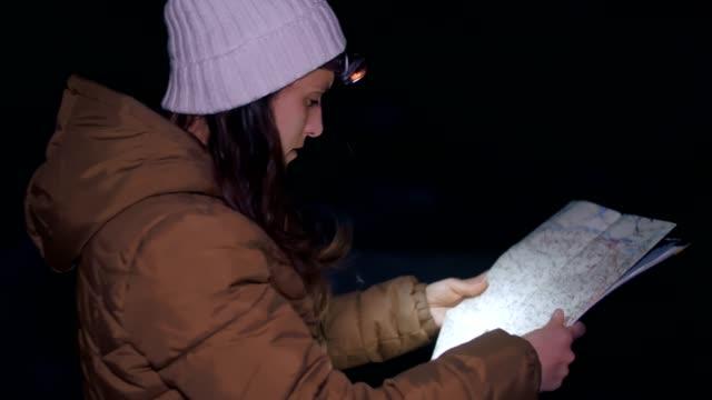 vinter resenär på natten titta på karta, medium shot av en ung kvinna turist promenader i vinter berget, porträtt, resor, utforskning, äventyr, turism, beslutsamhet, idrotts man, utomhus, mountain vandring, sport orientering, söka på en karta - norrbotten bildbanksvideor och videomaterial från bakom kulisserna
