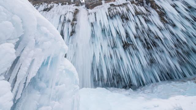 winter-wasserfall  - eisklettern stock-videos und b-roll-filmmaterial