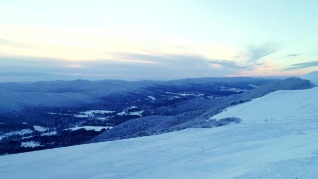 vinter landskap. flygvy över snötäckta berg - djupsnö bildbanksvideor och videomaterial från bakom kulisserna