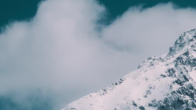 vinter landskap. snötäckta berg. rörliga moln - djupsnö bildbanksvideor och videomaterial från bakom kulisserna