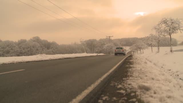 HD CRANE: Winterlandschaft mit Strasse video