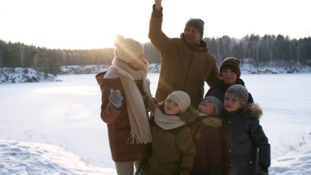 vídeos y material grabado en eventos de stock de familia amante del invierno tomando selfies juntos - memorial day weekend