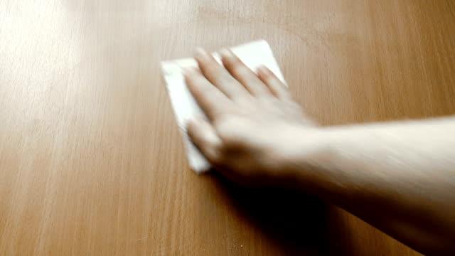 vídeos de stock e filmes b-roll de wipe the surface with a tissue - mesa mobília