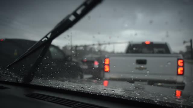 scheibenwischer bei starkem regen (vordergrund focus) - gewitter stock-videos und b-roll-filmmaterial