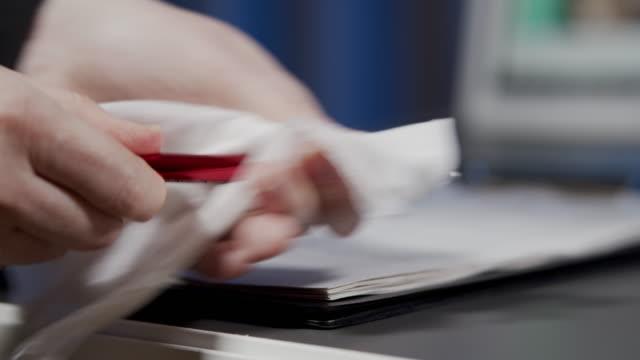 vídeos de stock e filmes b-roll de wiping a pen - caneta