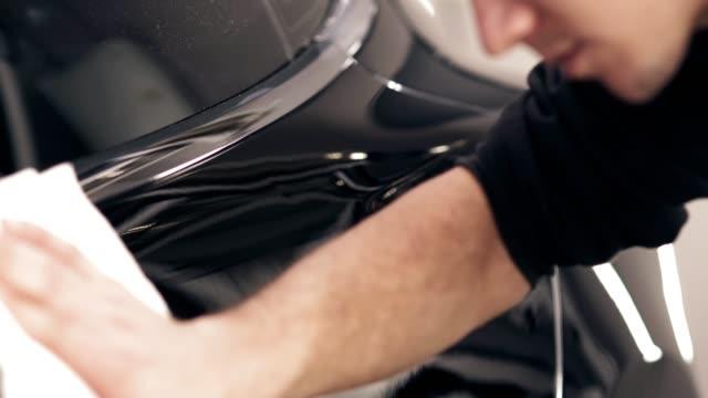 torka av damm av svart bil och polera det - skinande bildbanksvideor och videomaterial från bakom kulisserna