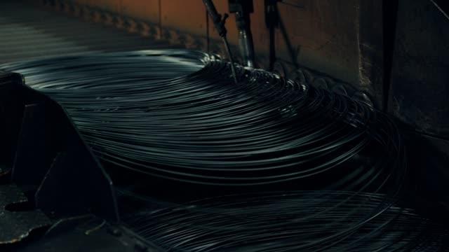 wire on conveyor belt - spranga video stock e b–roll