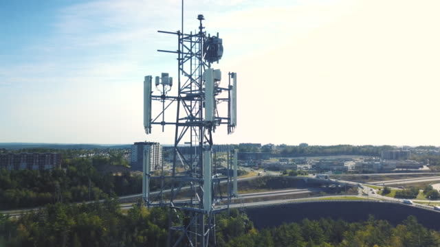 wireless communication tower - turm bauwerk stock-videos und b-roll-filmmaterial